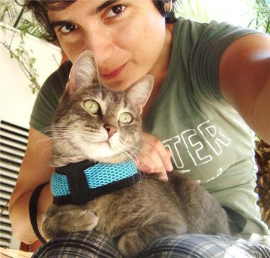 Cat sitter durante passeio em condomínio (Foto: Cat Care)